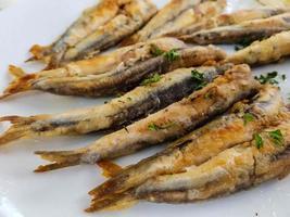 sardine fritte fresche con erbe e spezie foto
