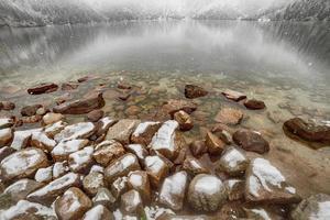 lago di montagna in inverno. morske oko. Polonia foto