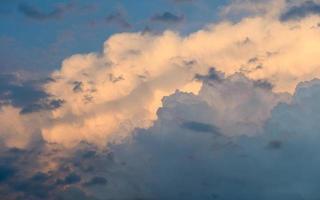 clima tempestoso. drammatico cielo al tramonto con nuvole di tempesta foto