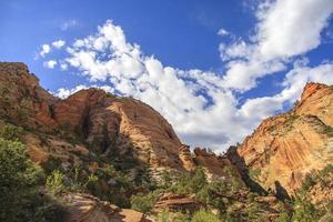 rocce colorate su un paesaggio di montagna deserto foto
