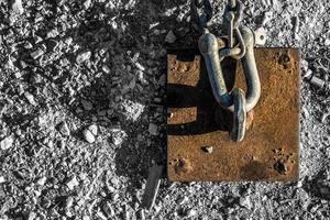 catena e corda arrugginite vicino al molo foto