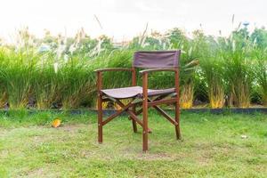 sedia vuota sull'erba nel parco - con stile di elaborazione sunflare foto
