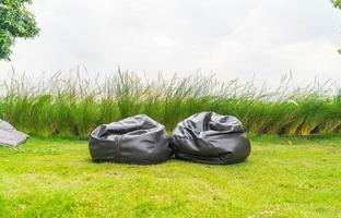 borsa vuota della sedia sull'erba nel parco foto