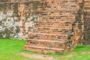 scale di mattoni in un parco foto