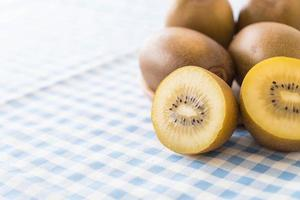 kiwi dorato fresco nel piatto di legno foto