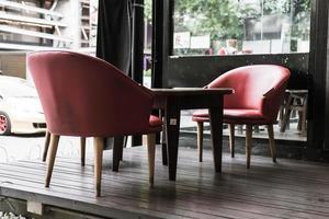 sedia e tavolo rossi al bar - filtro effetto vintage foto