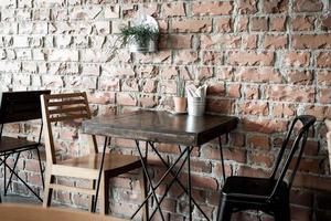 sedia in legno vuota nel ristorante - filtro effetto vintage foto