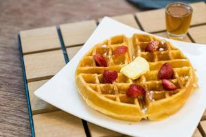 waffle al burro con miele e fragole - dessert foto