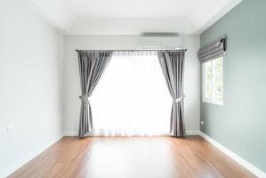 decorazione d'interni tenda vuota sul muro nel soggiorno foto