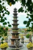 fontana a undici livelli nel parco tropicale bali, indonesia foto