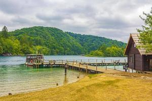 giro in barca elettrica attraverso il lago kocjak parco nazionale dei laghi di Plitvice. foto