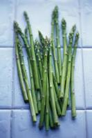 asparagi freschi pieni di nutrimento foto