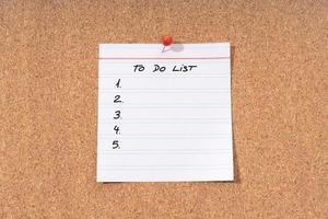 nota della lista delle cose da fare su una bacheca di sughero mock up foto