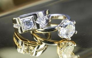 primo piano dell'anello di fidanzamento con diamante. amore e concetto di matrimonio. foto
