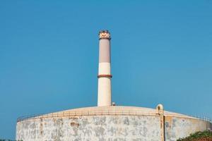 il camino della centrale elettrica di lettura di tel aviv vicino al serbatoio di stoccaggio del gas foto
