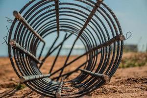 tondino d'acciaio utilizzato per la costruzione di pali in cantiere foto