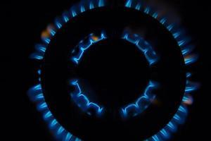 Fiamme del bruciatore a gas - primo piano vista dall'alto isolato su sfondo nero foto