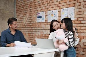 incontro di lavoro con manager donna e sua figlia. foto