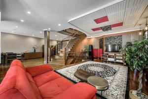 lussuosa casa canadese con pavimenti in legno duro e scale foto