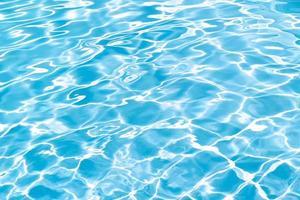 fondo di struttura della piscina. superficie increspata dell'acqua foto