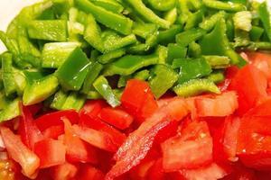 peperoni verdi e pomodori tritati foto