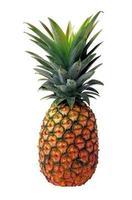 ananas fresco su sfondo bianco foto