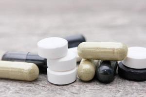 pillole di medicina sullo sfondo del tavolo in legno foto