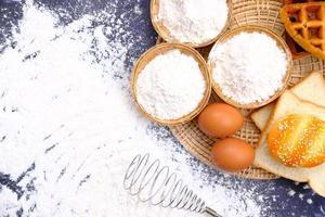 farina e uova per la cottura degli ingredienti foto