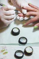 estetista delle unghie al lavoro foto
