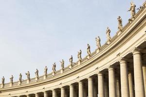 sculture in marmo dei papi su st. piazza pietro in vaticano foto