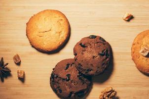 biscotti con noci e cioccolata su tavola di legno foto