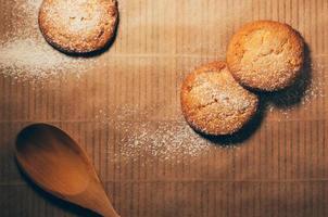 biscotti con una pala di legno sul tavolo di cottura foto