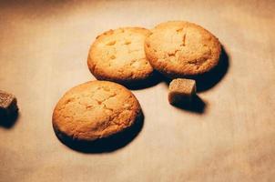 biscotti con cubetti di zucchero di canna in tavola foto