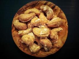 un mucchio di anacardi su legno d'ulivo foto
