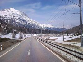 paesaggio innevato delle montagne valtellinesi foto