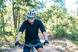 premette a mano il freno della bici, spinse la leva del freno sulla bici foto