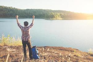 turisti dell'uomo escursionista tempo felice con godendo in cima a una montagna. foto
