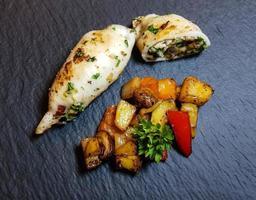 tubetti di polpo ripieni con verdure mediterranee foto