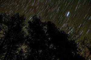 tracce stellari sulle montagne rocciose. parco nazionale di Jasper, alberta, canada foto