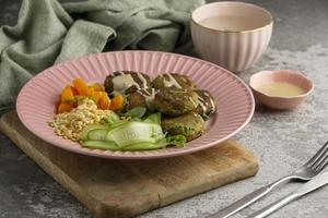 composizione con delizioso pasto vegano foto