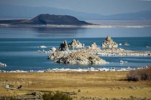 strane formazioni sul mono lago california foto