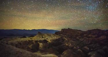 notte e cielo scuro sopra il parco nazionale della valle della morte foto
