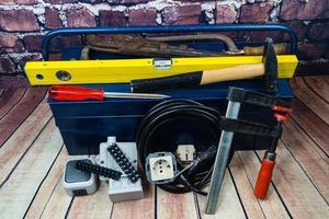 cassetta degli attrezzi con materiale elettronico e attrezzatura per l'installazione foto