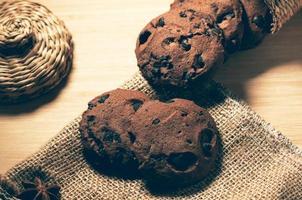 biscotti croccanti al cioccolato su sfondo di juta bur foto