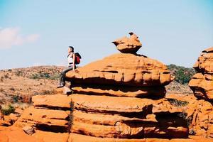 viaggiatore seduto su una roccia nell'altopiano sudafricano di Magaliesberg foto