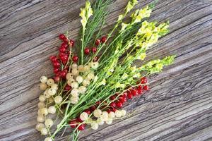 bouquet di fiori di campo con bacche di ribes su fondo in legno wooden foto