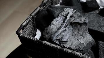 carbone nero su pavimento strutturato nero foto