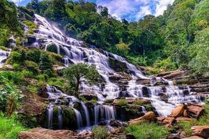 Mae ya cascata nel parco nazionale di doi inthanon, chiang mai, thailandia foto