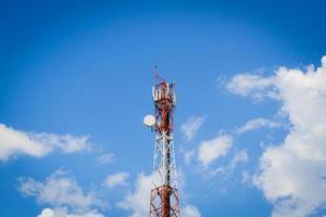 torre delle telecomunicazioni al centro dell'immagine foto
