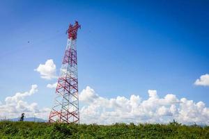 torre delle telecomunicazioni e cielo blu chiaro con copyspace foto